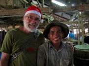 Robert avec un travailleur de la fabrique de pâte de poisson, Battambang, Cambodge