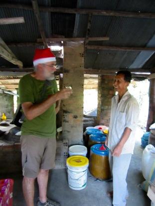 Explication des étapes de la distillation de l'alcool de riz de façon artisanale, Battambang, Cambodge