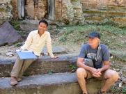 Une petite pause pour une leçon d'histoire avec notre guide à Sambor Pre Kuk, Cambodge
