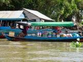 Dans les villages flottants, le ravitaillement se fait obligatoirement par bateau, Tonlé Sap, Cambodge