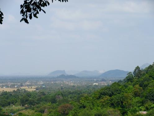 Vue du massif de Bokor à partir d'une grotte dans la montagne près de Kampot, Cambodge
