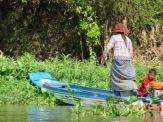 Une petite barque est un moyen privilégié pour se déplacer à l'intérieur du village flottant, Tonlé Sap, Cambodge