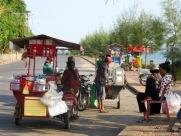 La rue achalandée devant le quai, Kep, Cambodge