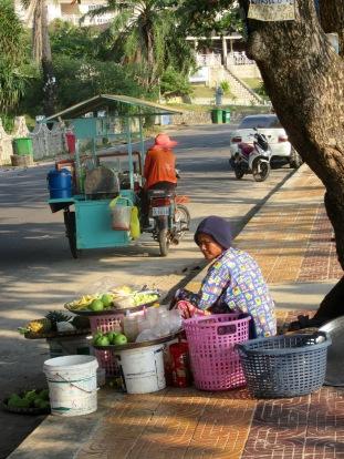 La vie sur la rue de la plage de Kep, Cambodge