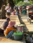 Marchande sur le bord du trottoir en face de la plage, Kep, Cambodge