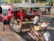 Notre chauffeur de tuk tuk avec des enfants de Kep, Cambodge
