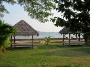 Abris au bord de la mer où il est possible de se réunir en famille ou entre amis pour un pique-nique, Kep, Cambodge