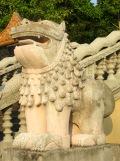 Le lion protecteur, temple sur la montagne, Kep, Cambodge