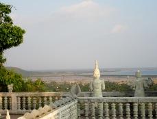 Vue de la mer du haut de la terrasse d'un temple à Kep, Cambodge