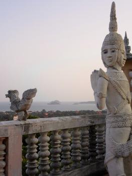 Du haut de la terrasse d'un temple dans la montagne il est possible de voir des îles situées au Vietnam, Cambodge