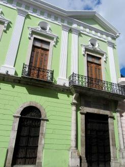 Les édifices coloniaux sont souvent peints de couleurs pastel. Mérida, Yucatán, Mexique.