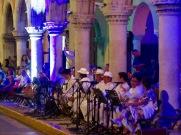 La nuit tombée, des danses traditionnelles se tiennent sous les arcades devant le Zocalo, Mérida, Yucatán, Mexique.