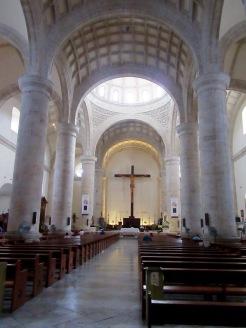 L'intérieur de la Catedral est d'une grande sobriété. Observez le grand crucifix derrière l'autel. Mérida, Yucatán, Mexique.