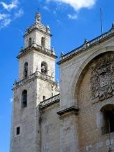 Les clochers de la Catedral se détachent sur le ciel de Mérida, Yucatán, Mexique.