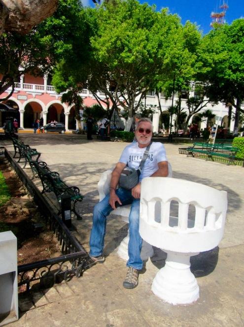 Les bancs de parc en forme de S favorisent les tête-à-tête. Mérida, Yucatán, Mexique.