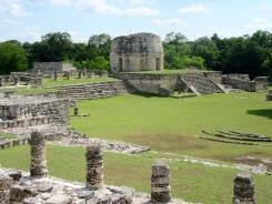 Vue de loin de l'observatoire de Mayapan. Il n'est pas sans nous rappeler celui de Chichen Itzá, Yucatán, Mexique