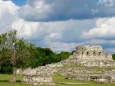 La place centrale de Mayapan regroupait des sanctuaires et des autels, entourés d'édifices gouvernementaux, Yucatán, Mexique.