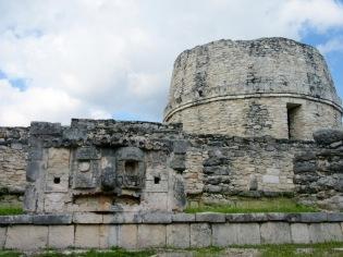 L'observatoire de Mayapan avec en avant-plan un masque représentant le dieu Chaac, Yucatán, Mexique.