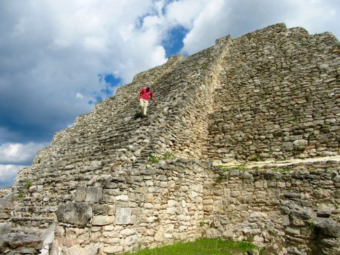 Du haut de sa structure, le Castillo offre une vue imprenable sur la cité ancienne et les environs, Mayapan, Yucatán, Mexique.