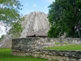 Le Castillo de Mayapan se détache à travers la verdure, Yucatán, Mexique.