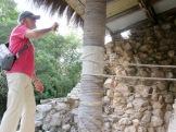 Moyennant une petite grimpette, il est possible d'observer des peintures datant de l'époque précolombienne, protégées des éléments par une palapa. Mayapan, Yucatán, Mexique.