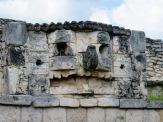 Un des masques ornant le temple du dieu Chaac, Mayapan, Yucatán, Mexique.