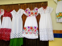 Des robes traditionnelles dans une boutique de la ville de Mani, Yucatán, Mexique.