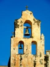 Deux clochers coiffent l'église San Miguel Arcangel. Leurs silhouettes se détachent sur le ciel de Mani en cette fin d'après-midi, Yucatán, Mexique.