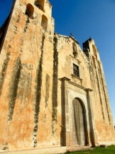 Les murs ocres de l'église San Miguel Arcangel se détachent sur le ciel d'un bleu intense de la ville de Mani, Yucatán, Mexique.