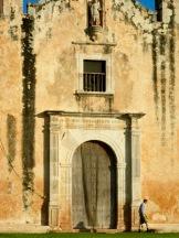 L'imposante structure de l'église San Miguel Arcangel à Mani s'érige seule sur les hauteurs de la ville et demeure un témoin du passé de la région. Yucatán, Mexique.