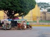 Des hommes discutent près de leur vélo en attendant les clients éventuels , Oxkutzcab, Yucatán, Mexique.