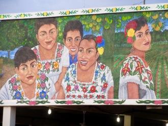 Un partie de la fresque peinte sur la corniche du marché d'Oxkutzcab. Remarquez ces magnifiques robes blanches ornées de broderies. Aujourd'hui encore, plusieurs femmes portent toujours ces robes traditionnelles de la région. Yucatán, Mexique.