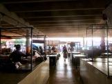 Intérieur du marché d'Oxkutzcab en fin d'après-midi. Les marchandes nettoient leur étal alors que la lumière du soleil s'estompe tranquillement, Yucatan, Mexique
