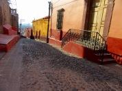 Les maisons du callejón Santo Domingo avec, sur la gauche, l'église du même nom, San Miguel de Allende, Guanajuato, Mexique.