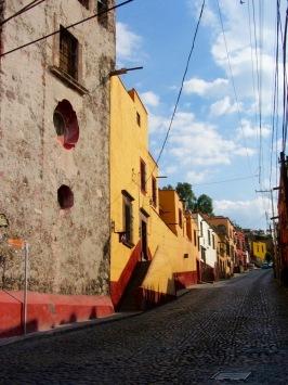 San Miguel est construite au fond de la vallée mais aussi sur les flancs d'une montagne. Les rues sont escarpées. La Salida Real a Quérétaro en est un bon exemple. Notez que l'escalier qui mène à la maison de gauche est construit directement sur le trottoir. Guanajuato, Mexique.