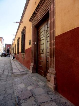 Pour circuler en toute sécurité sur les trottoirs de San Miguel de Allende, comme ceux de plusieurs villes au Mexique, mieux vaut regarder où l'on met les pieds. Certaines portions des trottoirs sont inclinés pour permettre la sortie des voitures. Mais cela n'enlève rien à la magie de cette belle ville. Guanajuato, Mexique.