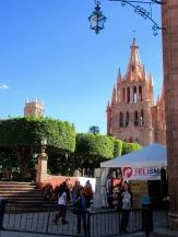 Une autre journée se lève sur la Parroquia et le Jardin. Aujourd'hui, la rue devant les arcades est l'hôte des bouquinistes de la région. San Miguel de Allende, Guanajuato, Mexique.