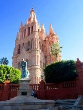 La Parroquia veille sur la ville avec son clocher en aiguilles et ses pierres roses, San Miguel de Allende, Guanajuato, Mexique.