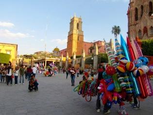 Située juste à côté de la Parroquia, devant la plaza principale, l'église San Rafael construite en 1564 mérite amplement une visite. San Miguel de Allende, Guanajuato, Mexique.