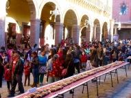A chacune des quatre tables entourant le Jardin, des personnes de tous les âges attendent pour goûter à la galette des Rois. San Miguel de Allende, Guanajuato, Mexique.