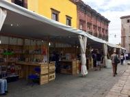 Les rues avoisinant le Jardin deviennent les hôtes d'activités diverses, cette fois-ci, les libraires de la région offrent une sélection de livres, San Miguel de Allende, Guanajuato, Mexique.