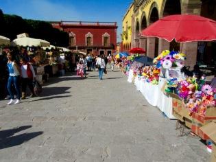 Le Centro devient régulièrement l'hôte de ventes spéciales. Cette fois-ci il s'agit d'ingénieuses constructions de papier. Des personnages et des fleurs de toutes les couleurs sont vendus pour le plus grand plaisir des yeux. San Miguel de Allende, Guanajuato, Mexique.