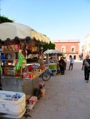 Les marchands s'installent autour du Jardin pour offrir de la nourriture et des rafraîchissements aux passants, San Miguel de Allende, Guanajuato, Mexique.