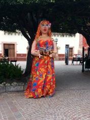 Lors de conférences sur la littérature, une marionnette géante installée dans le Jardin incite à la lecture, San Miguel de Allende, Guanajuato, Mexique.