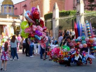 La grande place entre la Parroquia et le Jardin devient un lieu de rencontre pendant la fin de semaine. San Miguel de Allende, Guanajuato, Mexique.