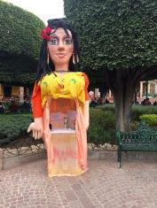 Au Jardin, une marionnette géante invite à l'écriture lors d'une conférence internationale sur la littérature, San Miguel de Allende, Guanajuato, Mexique.