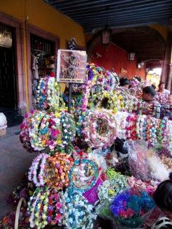 Je me suis demandée si ces couronnes de fleurs séchées avaient une signification particulière pour les habitants de San Miguel de Allende et l'on m'a répondu que non, elles sont tout simplement jolies...c'est pour cela qu'on les vend. Guanajuato, Mexique.