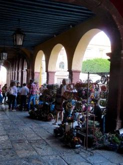 La fin de semaine, les arcades autour du Jardin accueillent des commerçants. Ils offrent aux visiteurs des jolies couronnes de fleurs séchées, San Miguel de Allende, Guanajuato, Mexique.