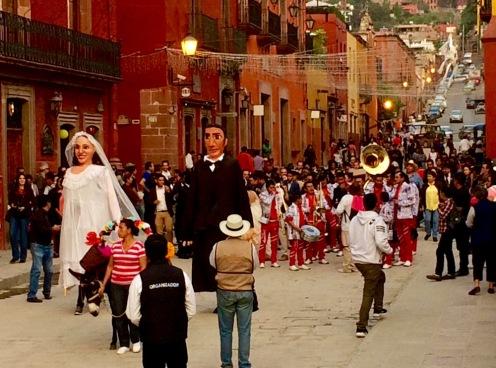 C'est samedi et des mariés unissent leurs destinées à la Parroquia. Parfois, après la cérémonie, les nouveaux mariés et leurs invités dansent allègrement dans les rues avoisinantes. San Miguel de Allende, Guanajuato, Mexique.