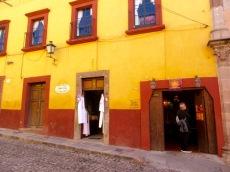 Au Centro, plusieurs marchands ont élu domicile au rez-de-chaussée des maisons ancestrales, San Miguel de Allende, Guanajuato, Mexique.